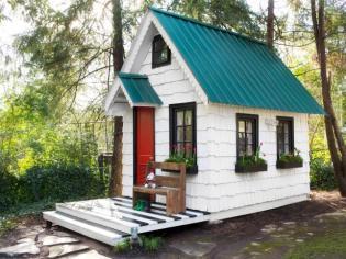 bpf_original_playhouse-exterior_cover-horizontal_h-jpg-rend-hgtvcom-616-462